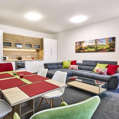 Obývací pokoj s kuchyňskou linkou apartmánu A3